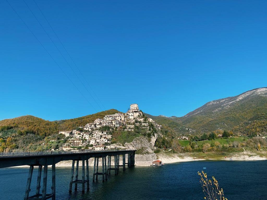 castel di Tora e Lago del Turano